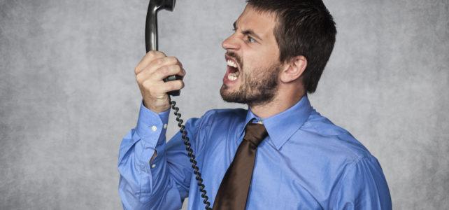 Je slušné zvedat telefony při schůzce? Nebo je to neúcta?